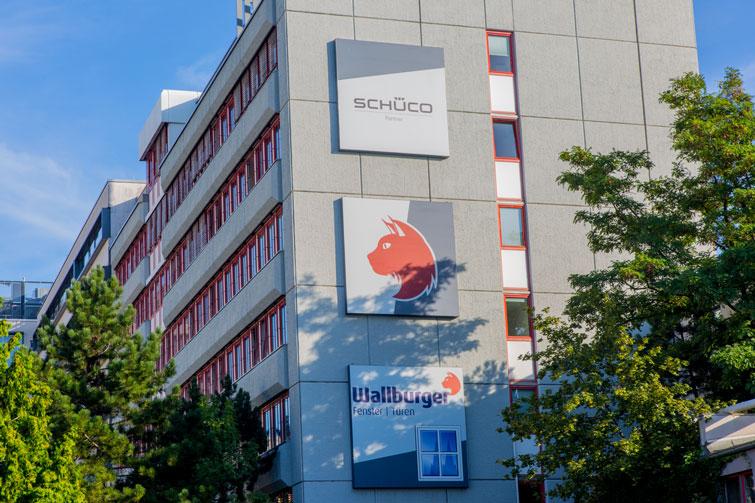 2012: Neues Logo am Firmengebäude
