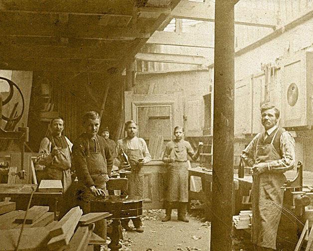 1894: Sehr frühes Bild in einem Vorläufer der Schreinerei Wallburger mit Reinhold Wallburger