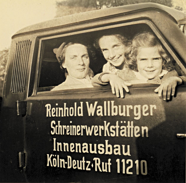 1950: Renate Lucks, geb. Wallburger (rechts)