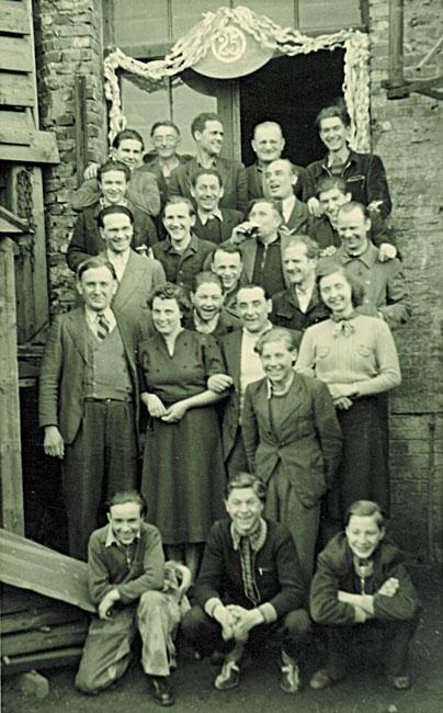 1951: 25-jähriges Jubiläum, Gruppenbild Belegschaft (Reinhold und Maria Wallburger links unten)